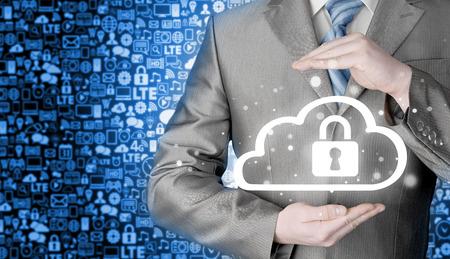 elementos de protecci�n personal: Hombre Proteja concepto de datos informaci�n sobre las nubes, la seguridad y la seguridad de la computaci�n en nube.