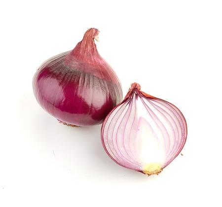 cebolla: Rodajas de cebolla roja aislada en el fondo blanco
