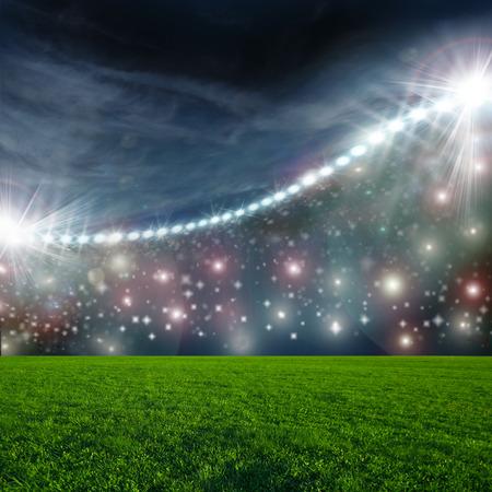 balones deportivos: Balón de fútbol en estadio arena verde Foto de archivo