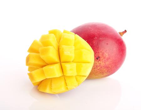 fruta tropical: mango aislado sobre fondo blanco