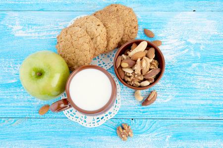 comiendo cereal: Desayuno en tabla Foto de archivo