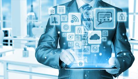 hombres ejecutivos: Hombre de negocios que usa la tableta PC con medios de comunicaci�n social conjunto de iconos