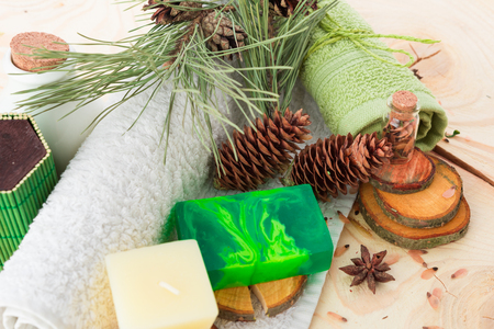 medicina natural: toallas, velas y jabón hecho a mano en madera Foto de archivo