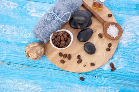 salon de belleza: cosas de spa en el fondo de madera