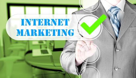 redes de mercadeo: hombre de negocios casilla pulsando la comercialización del Internet