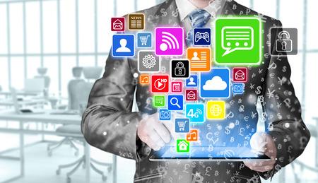 Geschäftsmann, der Tablet-PC mit Social-Media-Icon-Set