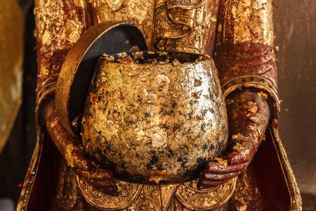 limosna: Cuenco de las limosnas de Oro Foto de archivo