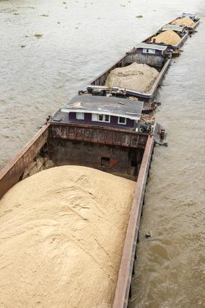 Zandbak op de Chao Phraya rivier in Bangkok.