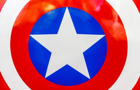 Logo van Captain America op schild in The Superhero verleden-heden Fair werd gehouden tussen 18-27 juli 2014.