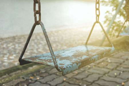 Old Metal Swing in Park. Standard-Bild - 99857862