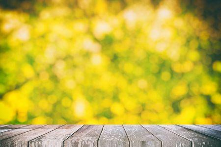 Mesa de madera vacía con bokeh de fondo del jardín para concepto natural, adecuado para presentación, templo web, telón de fondo y exhibición de productos. Foto de archivo