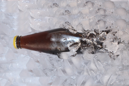 ice crushed: Cola Bottle in gemalen ijs