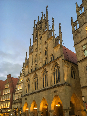 principal: Advent season at the Princely Market and historic town hall in the German city of Muenster Foto de archivo