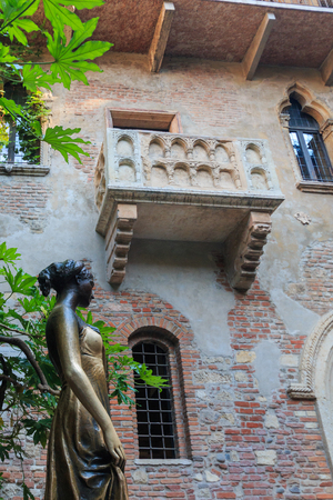 Statue and balcony at Juliets house in Verona, Italy Stock Photo