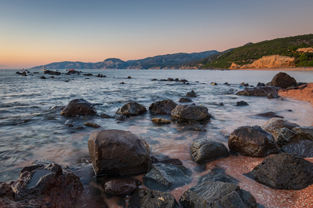 Zonsopgang op het strand van Palmasera in Cala Gonone op het Italiaanse eiland Sardinië