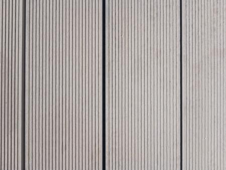 Terrasse de piscine lumineuse en optique en bois en composite bois polymère WPC Banque d'images