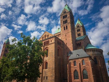 Blick von Südosten auf den historischen Dom zu Speyer, Deutschland. Es ist die größte erhaltene romanische Kirche und UNESCO-Weltkulturerbe