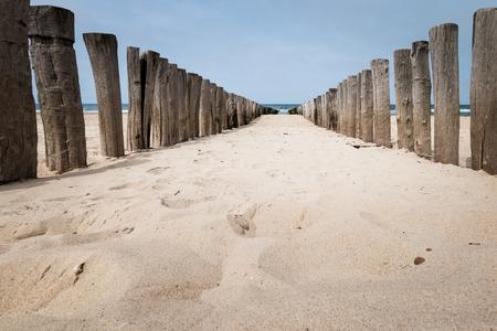 Beach Pole Wavebreaker am Strand von Domburg, Zeeland, Niederlande