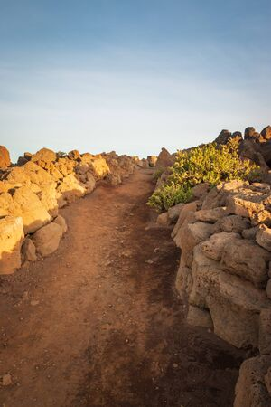 Pakaoao (Pa'kaoao) hiking trail leading to a perfect viewpoint to watch sunrise at Haleakala Crater on the Hawaiian island of Maui, USA Archivio Fotografico - 125515587