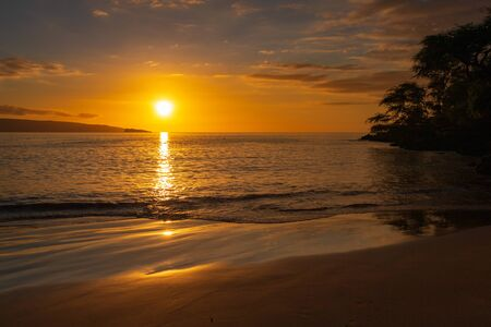 Beautiful sunset at Makena Bay on the Hawaiian island of Maui Imagens - 125515941