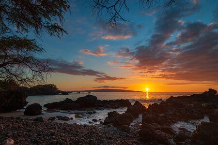 Beautiful sunset at Makena Bay on the Hawaiian island of Maui Imagens - 125515944