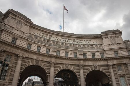 Admiralty Arch near Trafalgar Square in London as the entrance to The Mall, England, United Kingdom Imagens - 131942497