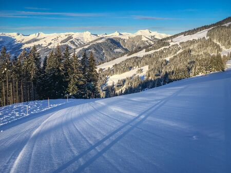 Untouched ski slope with fresh snow and scenic view of Saalbach Hinterglemm region in the Austria alps against cloudy sky Zdjęcie Seryjne