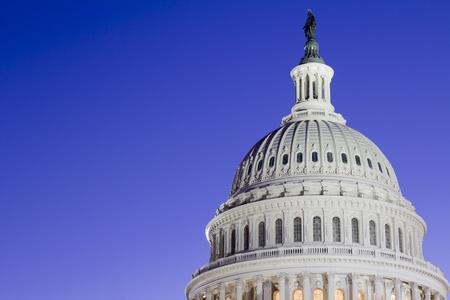 dc: US Capitol Dome dettaglio Costruire con la bandiera americana, al crepuscolo, Washington DC, Stati Uniti Archivio Fotografico