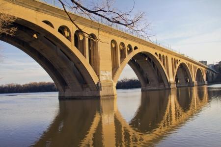 dc: Ponte di Georgetown, Washington DC oltre il fiume Potomac