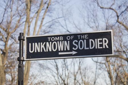 Meld wijst naar het Graf van de Onbekende Soldaat op de Arlington National Cemetery in Arlington, Virginia, vlakbij Washington DC Redactioneel