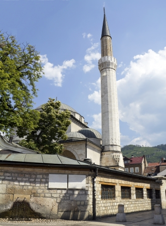 saraybosna: Sarajevo, Historic Gazi Husrev Mosque and fountain in the front in bascarsija, Bosnia an Herzegovina Stock Photo