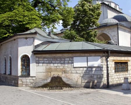 saraybosna: Sarajevo, Historic Gazi Husrev Mosque and fountain in the front in bascarsija, Bosnia an Herzegovina Stock Photo