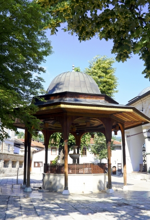 saraybosna: Sarajevo, Historic Gazi Husrev Mosque yard, fountain, in bascarsija  Stock Photo