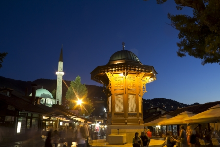 saraybosna: Sarajevo, old city center, historical fountain, the capital city of Bosnia and Herzegovina, at dusk
