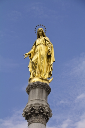 Golden statue of mary, near cathedral of virgin mary, zagreb, croatia  Banque d'images