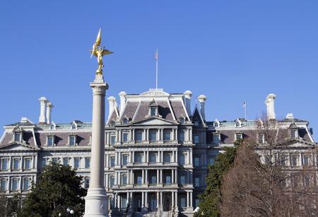 ejecutivo en oficina: La Primera Divisi�n de Monumento, de Washington DC. El monumento con ejecutivo viejo edificio de oficinas en el fondo.