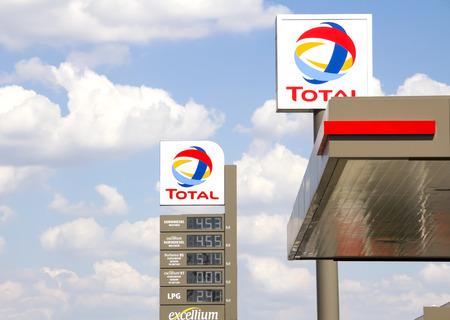 Ankara, Türkei, Gesamt Zeichen Identifizieren einer Tankstelle. Insgesamt ist ein Französisch multinationalen Ölgesellschaft und einer der Supermaj den Ölgesellschaften der Welt.
