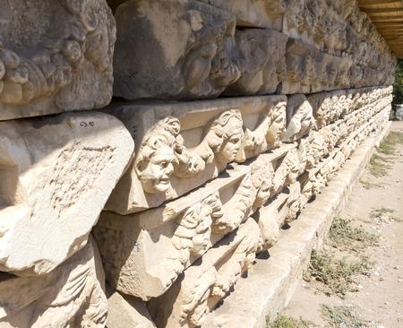 friso: Afrodisias Pórtico de Tiberio, se enfrenta en el friso decorativo, Geyre, Turquía