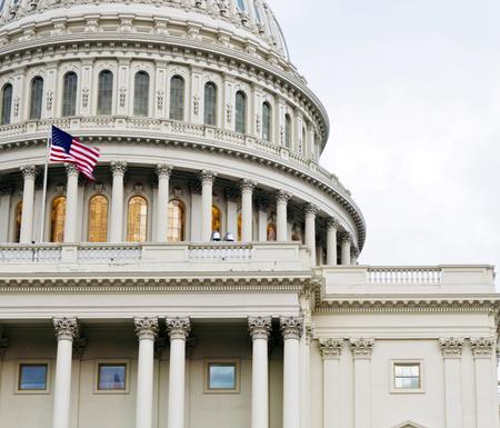 Washington DC, Capitol Kuppel Details mit der amerikanischen Flagge flattern, Vereinigte Staaten von Amerika