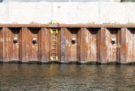 collapse: La construcción de la orilla del río a la orilla del río colapso del impedimento  ribera prevención de colapso Foto de archivo