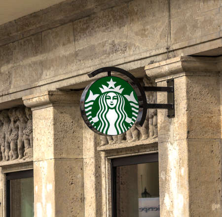 Augsburg, Germany : Sign Starbucks Coffee. Starbucks Coffee is the largest coffeehouse company in the world 新聞圖片