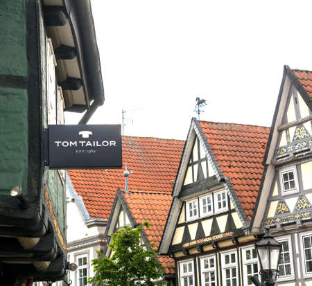 Celle, Germany : Tom Tailor store. Tom Tailor Group is a German vertically integrated lifestyle clothing company. It was founded in 1962 in Hamburg 新聞圖片