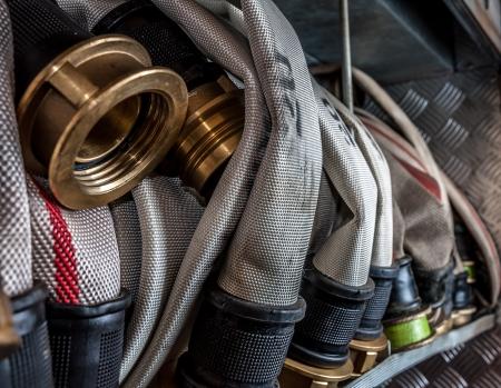camion de bomberos: Mangueras viejas incendios colocados en un compartimento del cami�n de bomberos