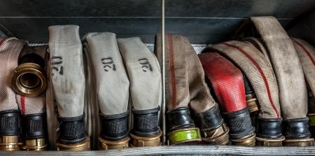 camion pompier: Lances � incendie Vieux plac�s dans un compartiment du camion d'incendie