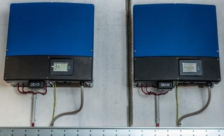 alternateur: Onduleur d'un syst�me industriel photovolta�que install�s et c�bl�s