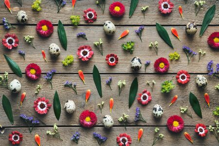 Easter arrangement with eggs and flowers on wooden planks. View from above. Flat lay. Banque d'images - 142154861
