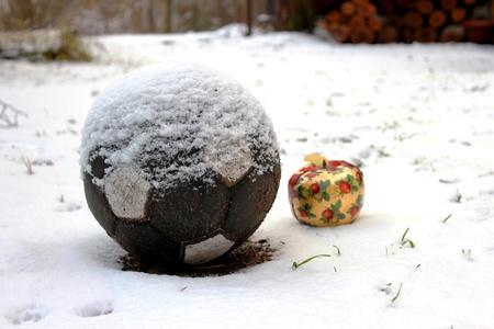 christmas apple: Beautifull Natale, mela e un pallone da calcio in mezzo alla neve.