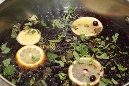 chernoplodki compote with lemon and mint in cooking