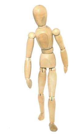 marioneta de madera: Caminar maniquí de madera. Aislado sobre fondo blanco.