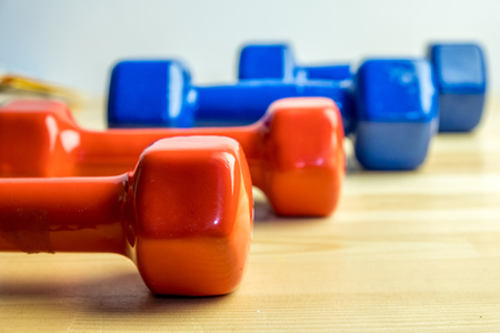 Dumbbells lined up, sports at home, red and blue dumbbells Stockfoto